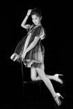 Modello in vestito a strisce che possing nello studio Fondo nero, foto bianca Nero, immagini stock libere da diritti