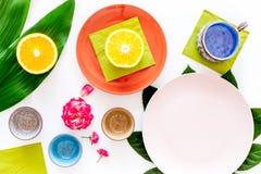 Modello vuoto del piatto Tazze e piatti vicino alle foglie tropicali e frutti sulla vista superiore del fondo bianco Fotografia Stock Libera da Diritti