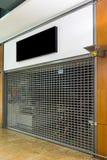 Modellskylten av det stängt shoppar med rullslutaren Royaltyfria Foton