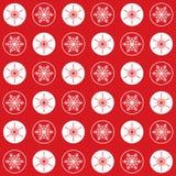Modellsnöflingor och cirklar på rött Royaltyfri Bild