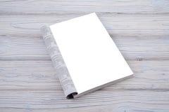 Modelltidskrift eller katalog på trätabellen Tom sida eller notepad på wood bakgrund arkivbild