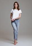 Modellversuch mit der schönen Mode-Modell-Aufstellung Lizenzfreie Stockfotos