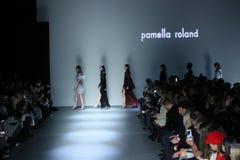 Modellweg das Rollbahnfinale an der Mode-Woche Pamella Roland Runways im Februar 2018 New York lizenzfreie stockfotografie