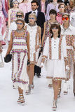 Modellweg das Rollbahnfinale während der Chanel-Show Stockbild