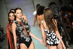 Modellweg die Rollbahn bei Rocky Gathercole Runway während Art Hearts Fashion Miami Swim-Woche Lizenzfreies Stockfoto