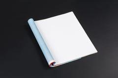 Modellzeitschriften oder -katalog auf schwarzem Tafelhintergrund stockbilder