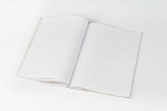 Modellzeitschriften oder -katalog auf weißem Tabellenhintergrund lizenzfreies stockfoto