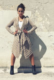 Modelmeisje, handen op heupen Uitgestrekt been Wolsweater royalty-vrije stock foto
