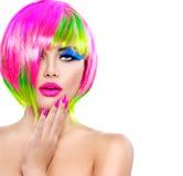 Modelmeisje met kleurrijk geverft haar royalty-vrije stock fotografie