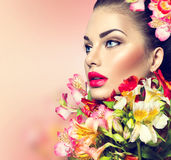 Modelmeisje met kleurrijke bloemen Stock Afbeelding
