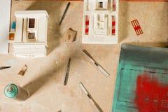 Modelo à escala Buildings, partes, e ferramentas na tabela de madeira fotografia de stock royalty free