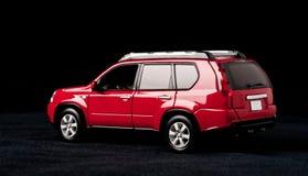 Modelo à escala de um carro vermelho em um fundo preto Imagens de Stock