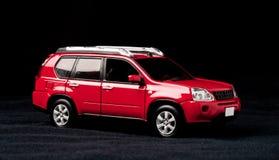 Modelo à escala de um carro vermelho em um fundo preto fotos de stock