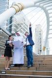 Modelo árabe de la tenencia del hombre de negocios a mano y hablar de proceso de la construcción con el hombre de negocios y la e foto de archivo libre de regalías
