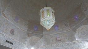 Modelo árabe en techo de la bóveda con la linterna hermosa en monasterio, visión inferior metrajes