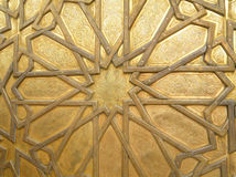 Modelo árabe imponente de la puerta de cobre amarillo en Fes, Marruecos, para el fondo Imágenes de archivo libres de regalías