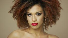 Modelo étnico encantador con el pelo rizado almacen de metraje de vídeo