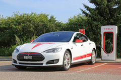 Modelo único S Supercharging de Tesla del diseño Imágenes de archivo libres de regalías