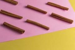 Modelo abstracto de los palillos que mienten uno al lado del otro imagen de archivo