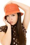 Modelo adolescente americano bastante asiático de la muchacha que lleva un sombrero anaranjado Fotos de archivo