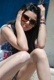 Modelo adolescente con las gafas de sol que se sientan en las escaleras Fotografía de archivo libre de regalías