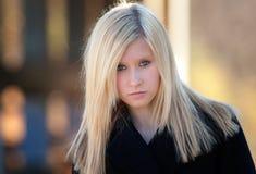 Modelo adolescente en chaqueta negra Foto de archivo