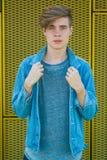 Modelo adolescente en dril de algodón azul Imagenes de archivo