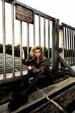 Modelo adolescente en el puente de madera Fotos de archivo