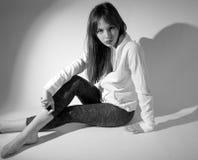 Modelo adolescente en equipo moderno Imagen de archivo