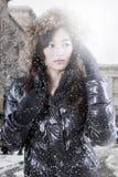 Modelo adolescente femenino con la chaqueta del invierno en la ciudad Fotografía de archivo libre de regalías