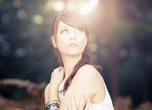 Modelo adolescente impressionante na floresta ensolarada Fotos de Stock Royalty Free