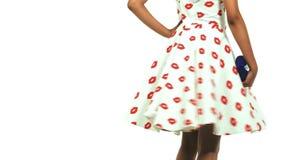 Modelo adolescente negro joven que lleva un vestido i del perno-para arriba almacen de metraje de vídeo