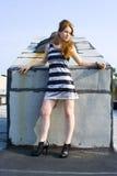 Modelo adolescente principal vermelho no telhado Foto de Stock