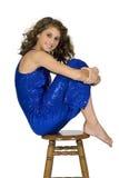 Modelo adolescente - sentando-se no tamborete com joelhos acima Fotografia de Stock