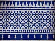 Modelo adornado tradicional de la teja de Zellige del marroquí en un riad imágenes de archivo libres de regalías