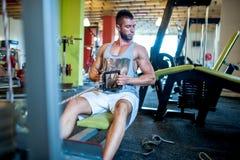 Modelo adulto atractivo atlético que se resuelve en el gimnasio Foto de archivo