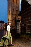 Modelo africano en ciudad vieja del vestido victoriano imágenes de archivo libres de regalías