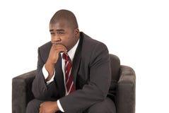 Modelo afroamericano en lazo rayado rojo del traje de negocios gris  foto de archivo