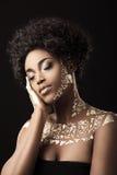 Modelo afroamericano en oro Fotografía de archivo
