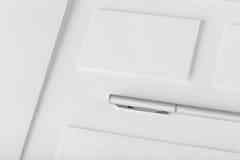 Modelo ajustado dos artigos de papelaria incorporados Dobrador da apresentação, envelope a Foto de Stock Royalty Free