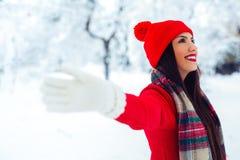 Modelo alegre Girl de la belleza que ríe y que se divierte en parque del invierno - imagen foto de archivo libre de regalías