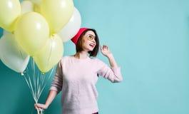 Modelo alegre tendo o divertimento e comemorando com balão da cor pastel imagens de stock royalty free