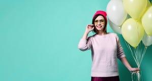 Modelo alegre tendo o divertimento e comemorando com balão da cor pastel foto de stock