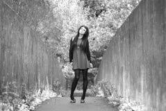 Modelo alternativo na ponte no vestido Fotografia de Stock Royalty Free