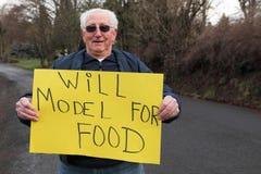 Modelo aposentado sênior do homem com sinal Fotografia de Stock