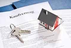 Modelo arquitectónico con el contrato y la llave de compra fotos de archivo libres de regalías