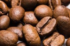 Modelo ascendente asado de la textura del cierre de la macro de los granos de café Foto de archivo