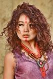 Modelo asiático con maquillaje en cara en vestido del feulette contra fondo del pajar Imagenes de archivo