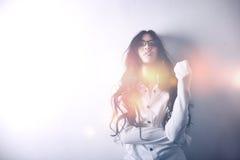 Modelo asiático en la blusa blanca, vidrios, busto, de largo  imagen de archivo libre de regalías