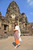 Modelo asiático en vestido tailandés tradicional imagen de archivo